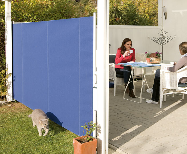 Outdoor privacy wall for Retractable privacy screen